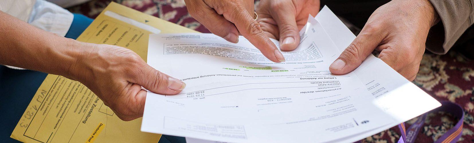 Nachbarschaftsmittlerhilft beim Formulare ausfüllen