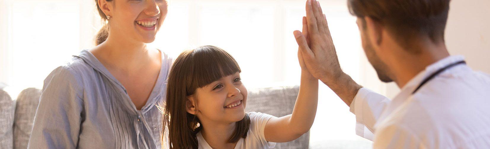 Adobe Stock © fizkes Eltern Kind Hände klatschen