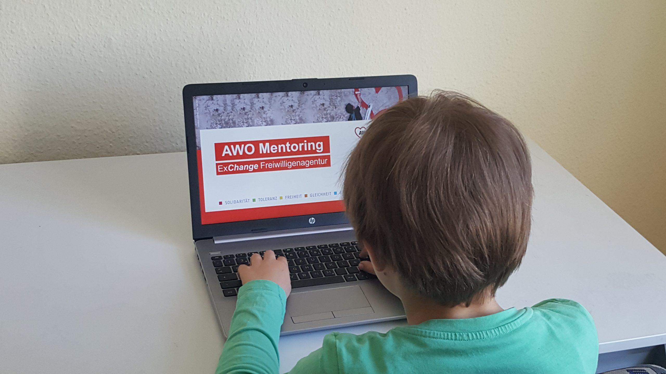 Kind sitzt am Rechner